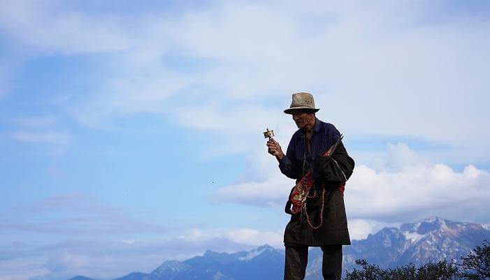 老狼小柯《无忧的蓝天》MV上线 描画香巴拉之梦