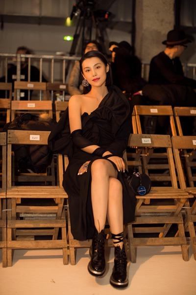 韩丹彤亮相巴黎时装周看秀 简约黑裙率性气场足