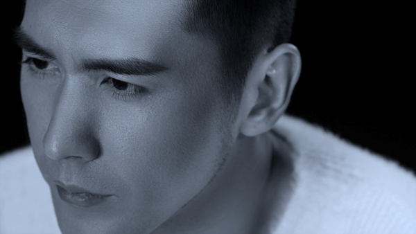 张伦硕最新单曲《谁》正式上线  黑白MV感性刻画孤独内心