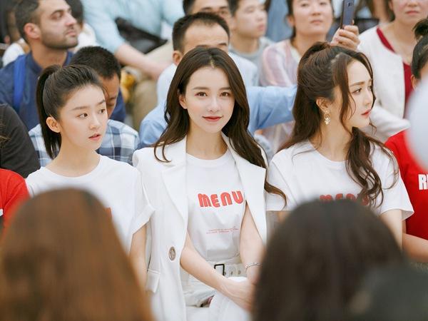 黄一琳受邀出席深圳时装周 白色西服套装演绎酷美新风尚