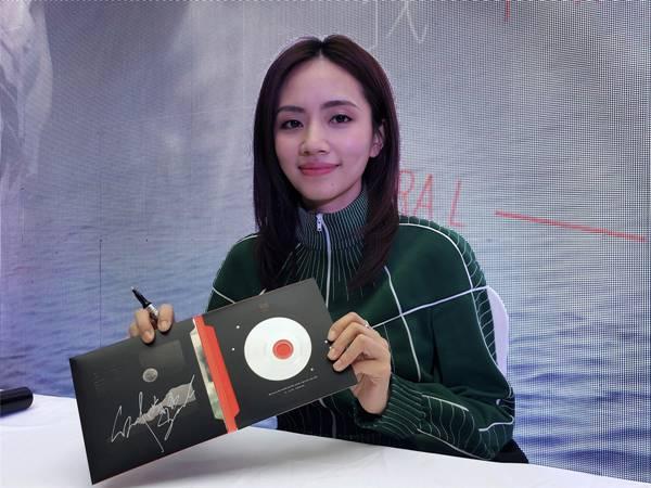 刘惜君新专首签因歌迷热情加时 演唱《浪里游》引全场合唱