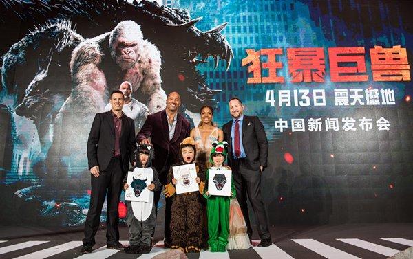 《狂暴巨兽》中国首映巨石强森霸气来袭!千人观影首轮口碑燃爆上海!