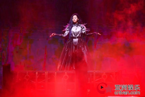 """张靓颖深圳演唱会感动收官 张杰力挺老友将亮相""""珍相""""上海站"""