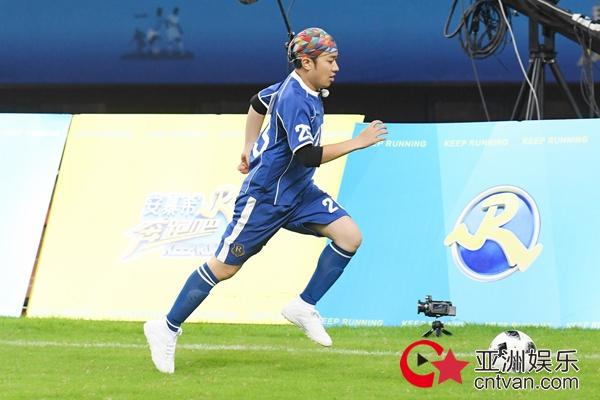 王祖蓝《奔跑吧》足球场化身小黄人 如风奔跑尽显童心