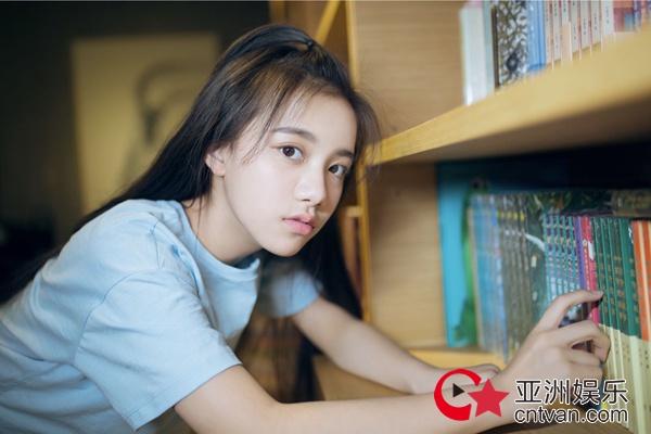 刘宸希书店写真曝光 助力高考展现青春朝气
