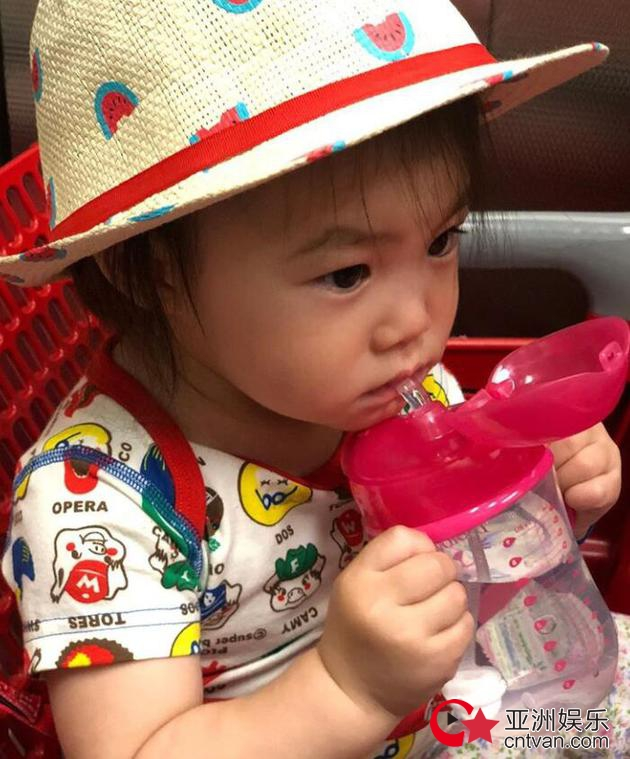 陈冠希晒女儿  称女儿是全世界最可爱!