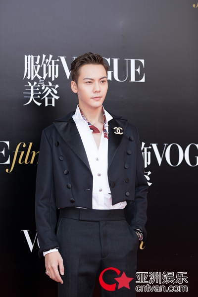 陈伟霆出席时尚活动 粉丝:威廉王子好久不见