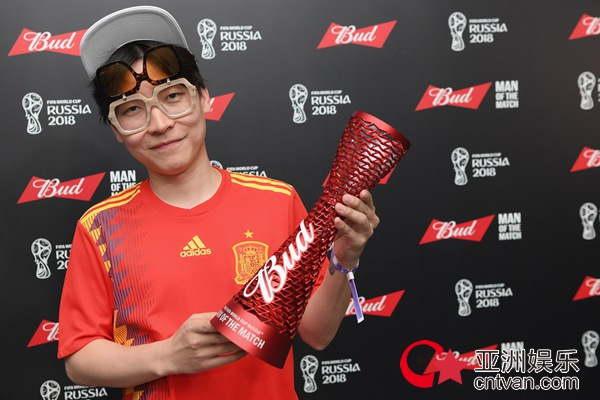 王啸坤与西班牙球员迭戈科斯塔互相颁奖引热议