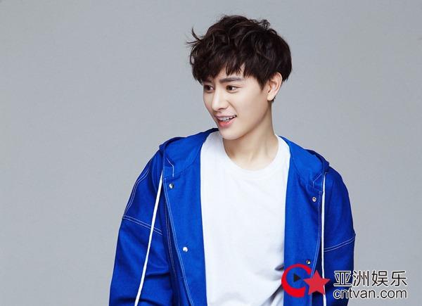 王佑硕曝活力时尚写真 蓝色外套更显青春魅力