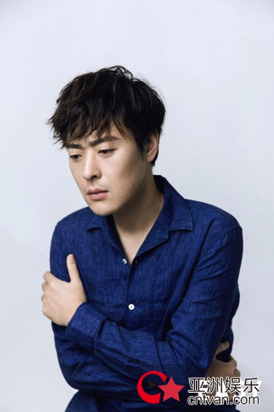 张桐蓝色衬衫展慵懒迷人气质 网友:满屏的大长腿