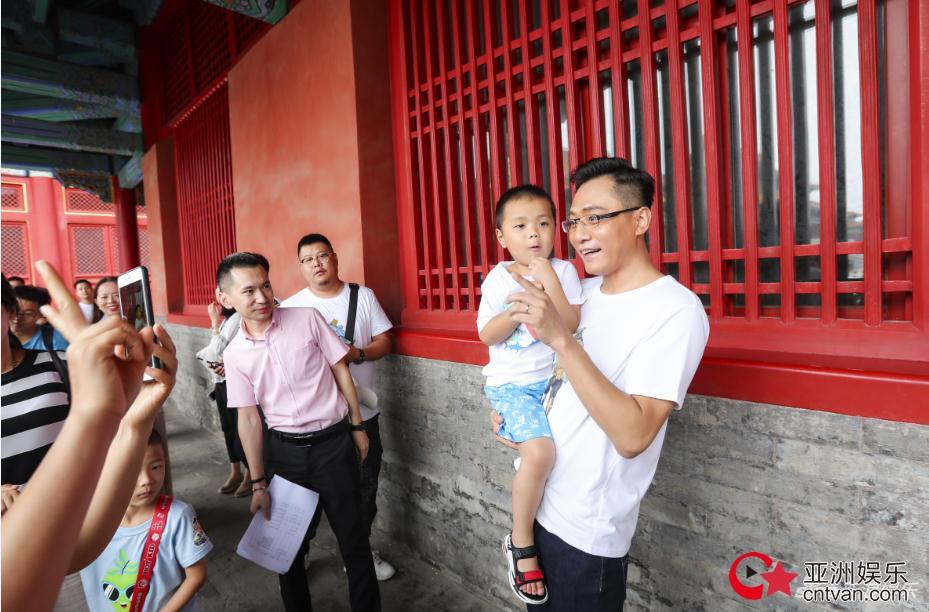 网友故宫偶遇刘烨  原来是在做慈善!