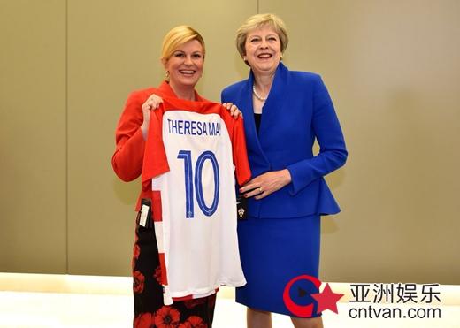 克罗地亚女总统送球衣 特朗普和梅姨人手一件!