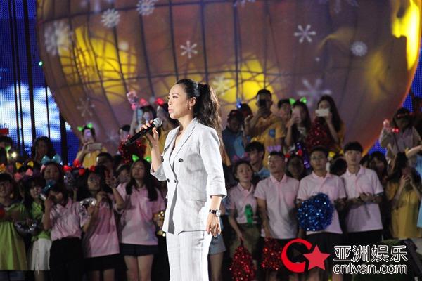 黄绮珊登海上舞台助阵央视世界杯燃情之夜演绎《时光》笑称梦境应验