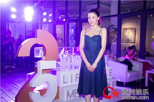 菊麟清爽造型出席艺术展 元气少女尽显青春活力