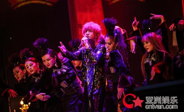 薛之谦世界巡演首站北京正式开唱 摩天大楼终揭神秘面纱