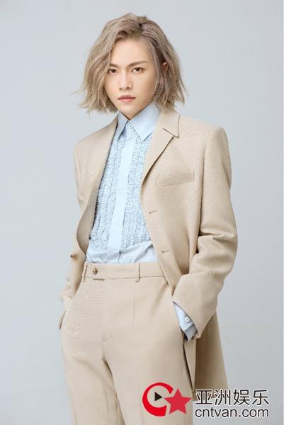 周锐最新写真大片曝光 西装衬衫展现儒雅绅士风范