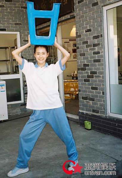 柴碧云素颜胶片美图曝光  蓝白校服勾勒青春姿态