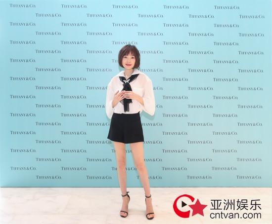 陈鲁豫出席珠宝品牌活动,简约清新展现舒适优雅