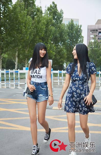 和女儿一起穿帆布鞋  张咪:活成每个女人都想要的样子!
