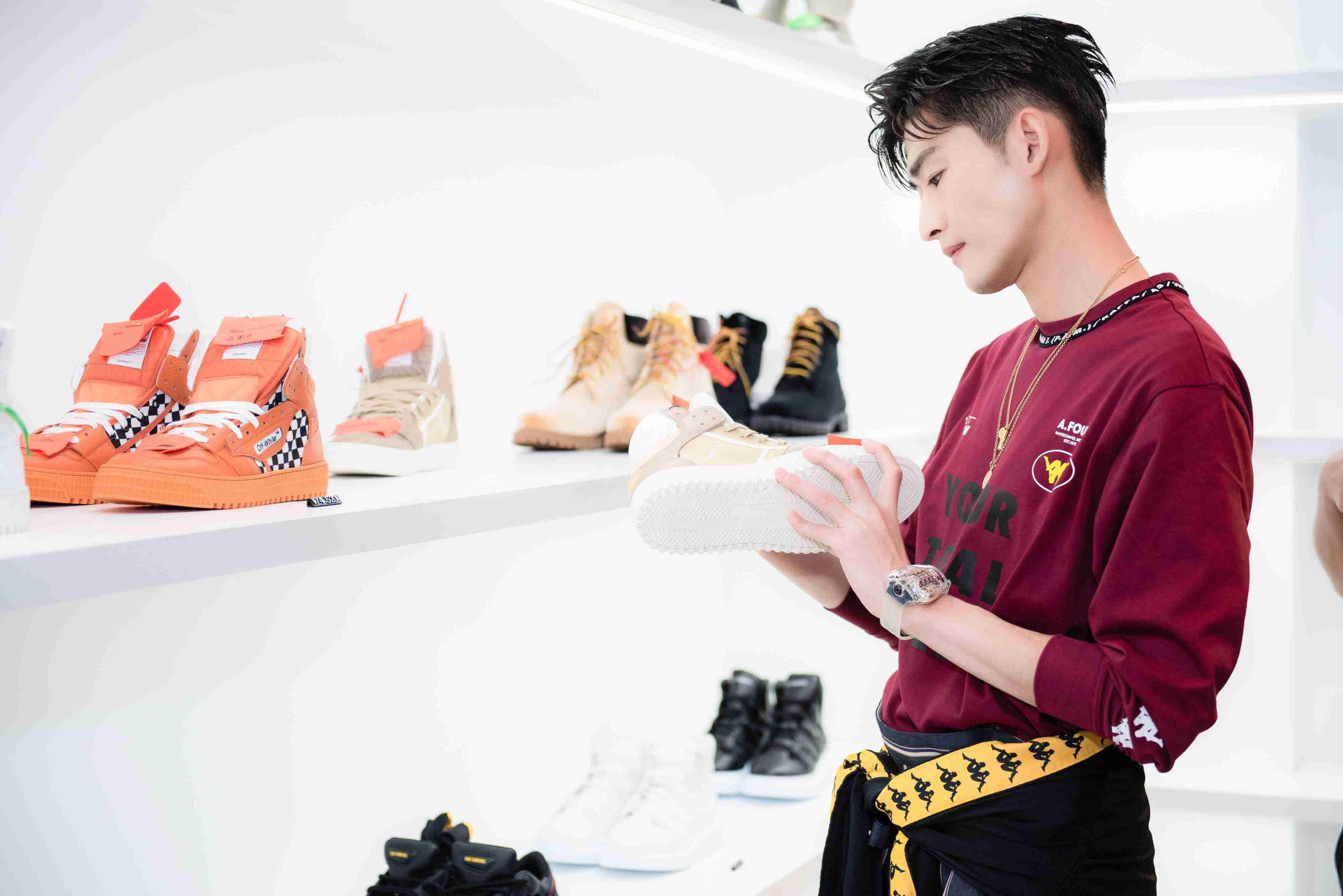 张翰东京出席时尚活动  复古时尚吸引眼球