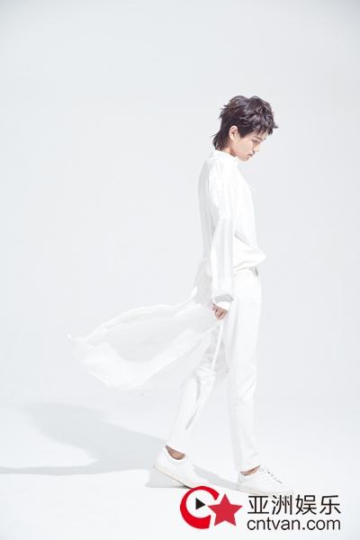 尹毓恪《人间慢步》歌词版MV上线 马不停蹄筹备新歌引期待