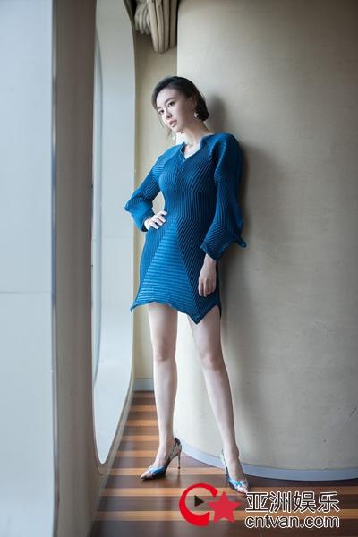 """吕佳容""""蚊子腿""""大片上线 不规则蓝裙尽显冷冽气质"""
