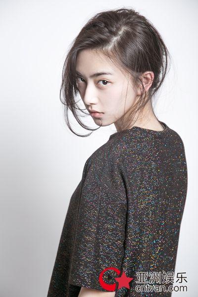 王若珊最新写真曝光 攻气少女机灵古怪秒变表情包