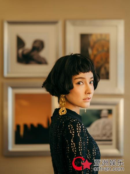 吴昕受珑骧品牌直邀纽约看秀 黑色蕾丝裙头排观秀优雅迷人