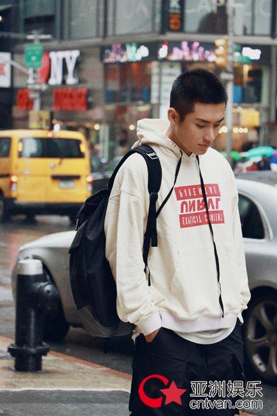 张赫出席纽约时装周 黑白时尚运动装潮酷有型