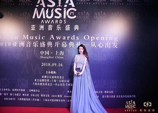 世界文旅小姐中国冠军陆奕宏优雅亮相2018亚洲音乐盛典