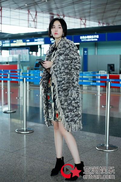 吕佳容笑颜甜美现身机场 启程前往米兰时装周