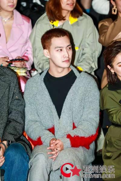 演员崔倓受邀出席上海时装周,装扮酷帅尽显时尚风采!