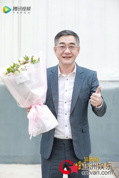 节冰新剧《致我们暖暖的小时光》杀青 江教授造型曝光引网友关注