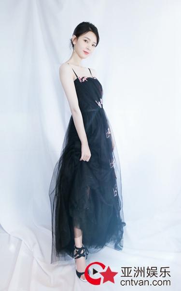 陈瑶黑纱遮面上演美背杀 精致妩媚优雅迷人