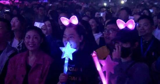唐嫣被偶遇现身断眉演唱会  戴着粉色兔耳秒变迷妹!