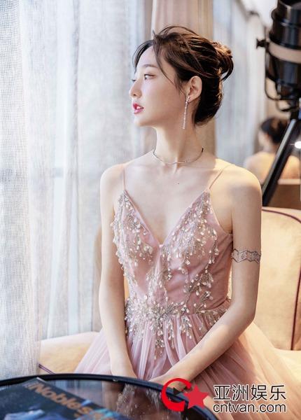 王莫涵亮相年度先生盛典 气质甜美仙气十足