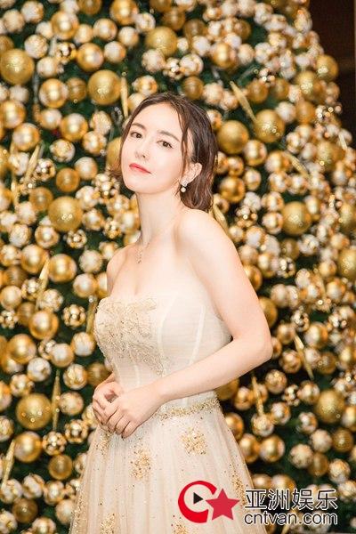 吕佳容受邀出席宝格丽品牌活动 淡黄抹胸礼服甜美优雅