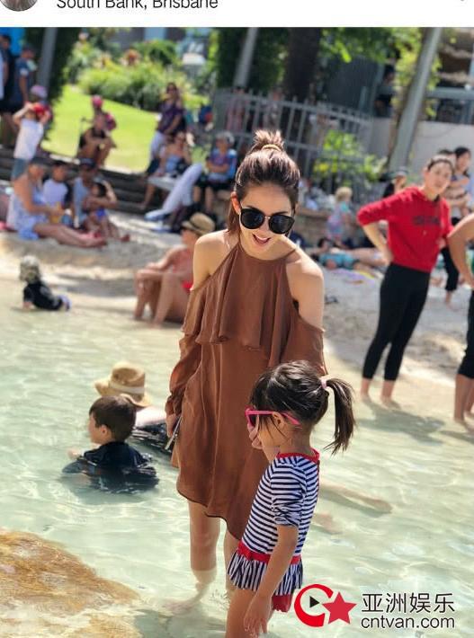 昆凌带杰伦回娘家  小周周泳衣出镜很可爱