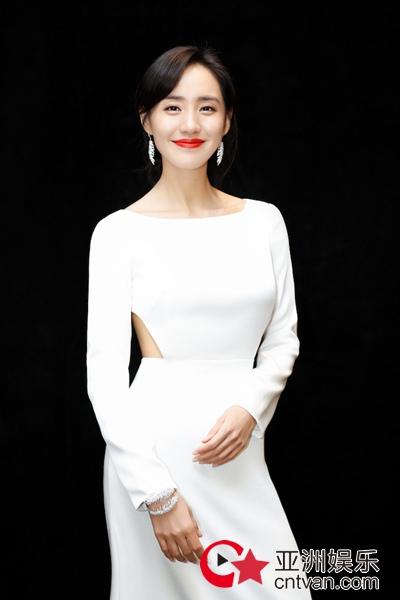 王智一袭简约白裙身姿曼妙 大气优雅迎接2019