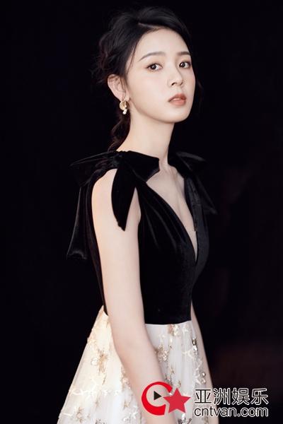"""陈瑶变身""""黑天鹅""""  贵气优雅演绎复古时尚"""