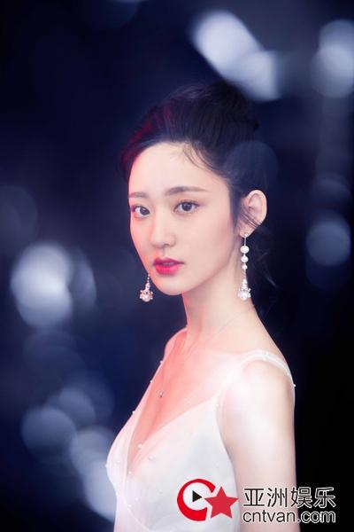 王莫涵亮相时尚盛典  一袭白色长裙甜美可人