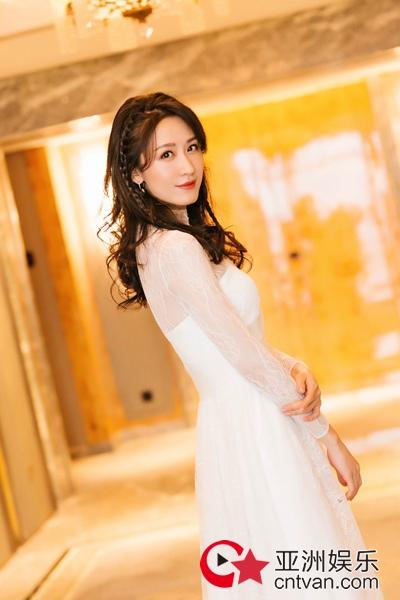 张雯礼服裙写真 优雅大方中带着简洁