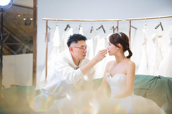 张嘉倪与老公买超同行试婚纱 亲密搂腰牵手对视甜到炸裂