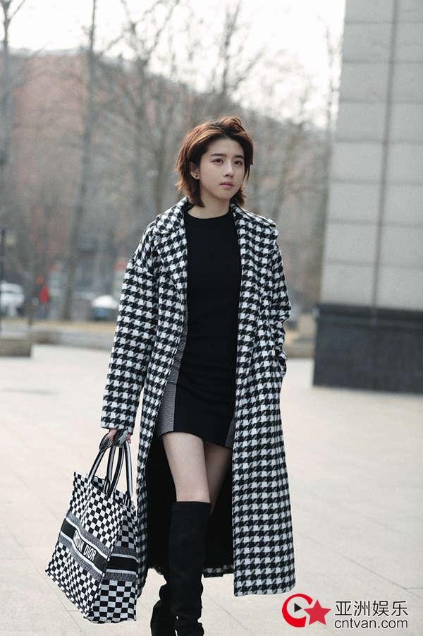 李凯馨街拍大片曝光  黑白格纹展露时尚酷girl的极佳衣品