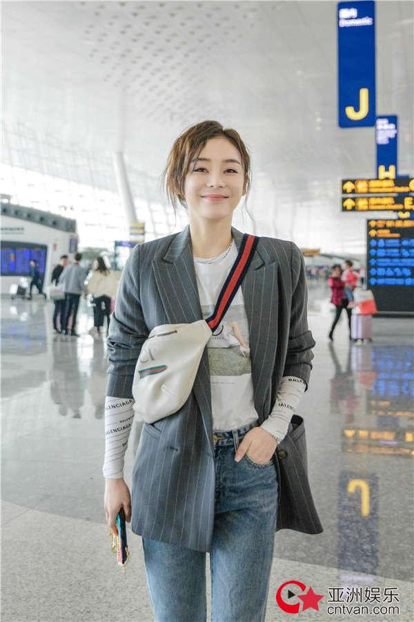 袁姗姗机场街拍曝光 简约有范笑容甜美