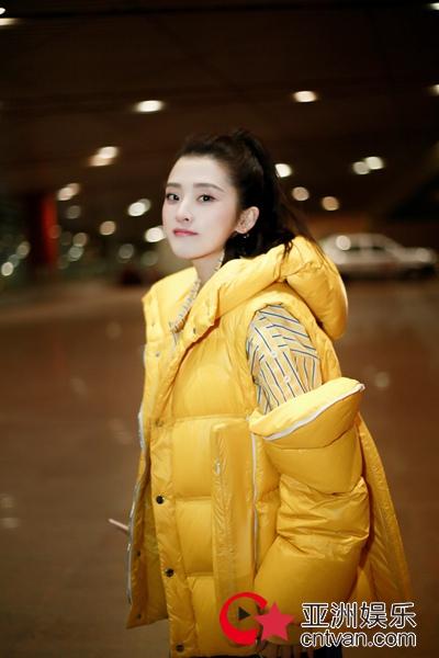 李若嘉最新机场街拍曝光 俏皮率性演绎时尚萌搭