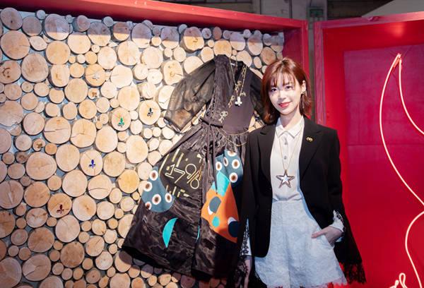 卢杉出席法国艺术双年展 大秀漫画腿