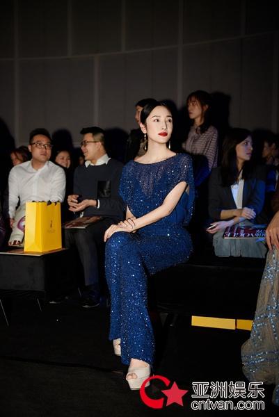演员王妍苏亮相上海时装周,质感造型精致典雅!