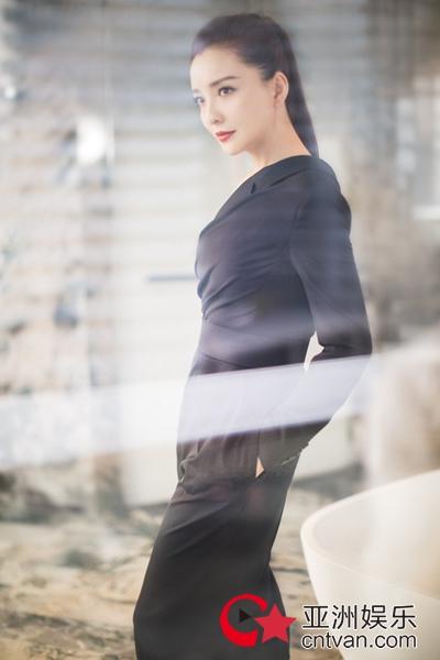 孙茜亮相西安国际时装周 颠覆以往酷帅知性