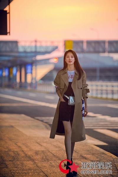 张雯现身机场 优雅干练演绎简约时尚